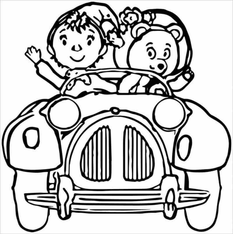 Bé trailái ô tô đưa bạn gấu đi chơi