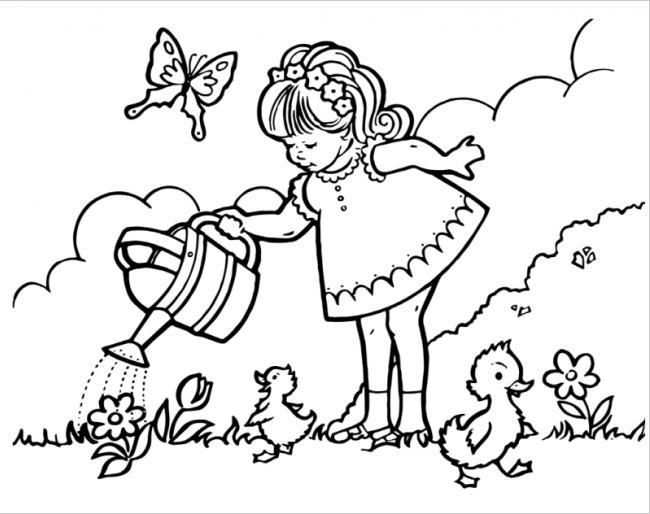 Bé gái chăm chỉ tưới nước cho cây hoa