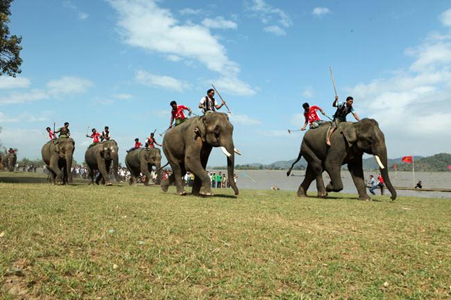 Hướng dẫn giải bài chính tả Ngày hội đua voi ở Tây Nguyên trang 48 SGK Tiếng Việt 2 tập 2